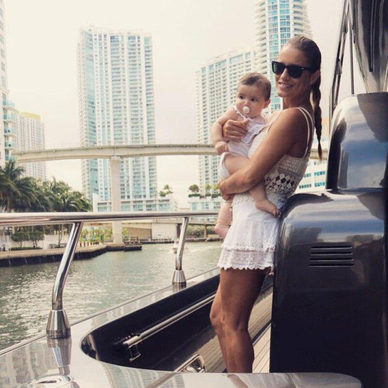 Por su parte, Lola publicó una fotografía en la que sale con su bebé, quien recientemente cumplió años.