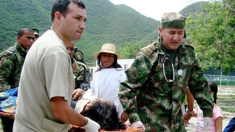 Elementos del Ejército de Colombia trasladan a uno de los heridos a consecuencia de un rayo en la sierra del país sudamericano