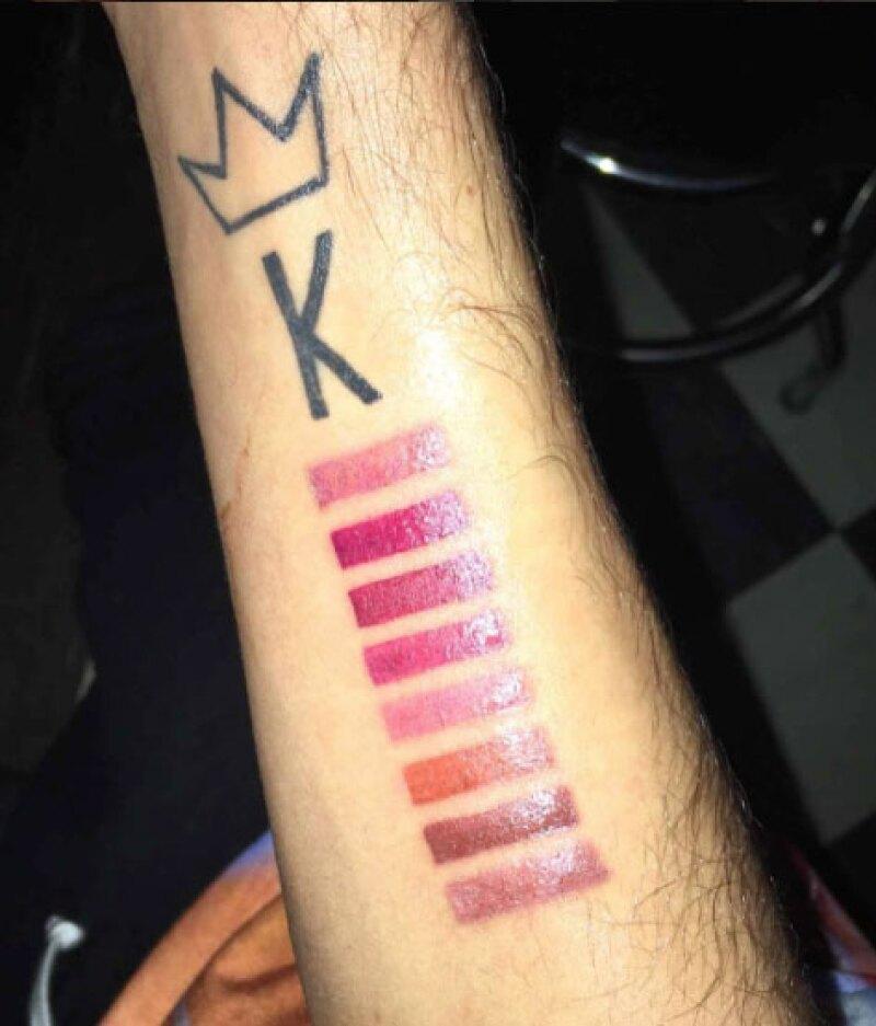 El tatuaje cuenta con los ocho tonos de los lipsticks de Kylie.