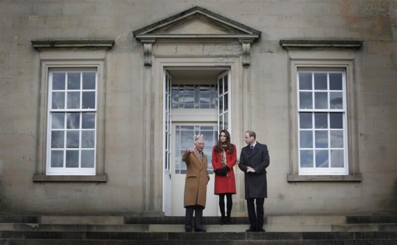 La Duquesa de Cambridge se sorprendió al ver la muñeca que una niña le mostró durante su visita a la casa Dumfries en Ayrshire.