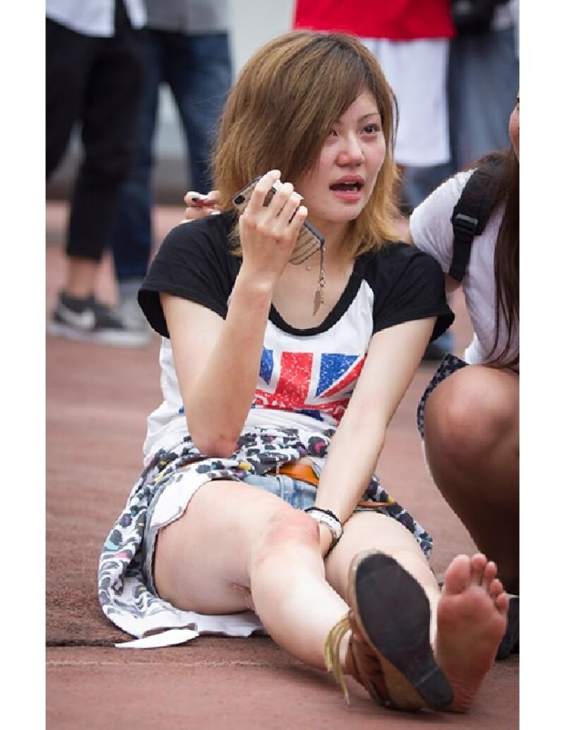 Una mujer es atendida por las lesiones durante la estampida.