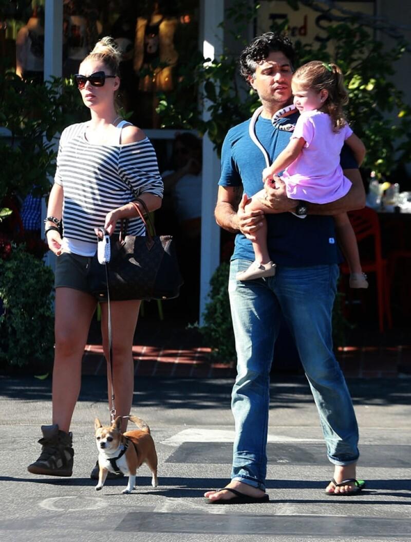 La familia salía de un restaurante y la pequeña Elena parecía feliz en brazos de su papá.