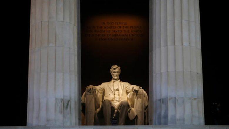 Los cierres más visibles para el público son los de los museos en Washington, que indignan a turistas. En la imagen, el Memorial de Lincoln cerró su puertas este martes.