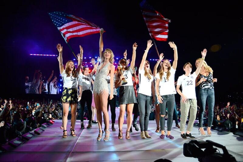 Taylor invitó al escenario a las deportistas estadounidenses ganadoras del World Cup, quienes desfilaron con su trofeo, y estuvieron además acompañadas por Heidi Klum.