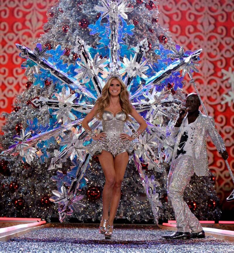 Heidi Klum luciendo radiante en un show de Victorias Secret mientras Seal cantaba.