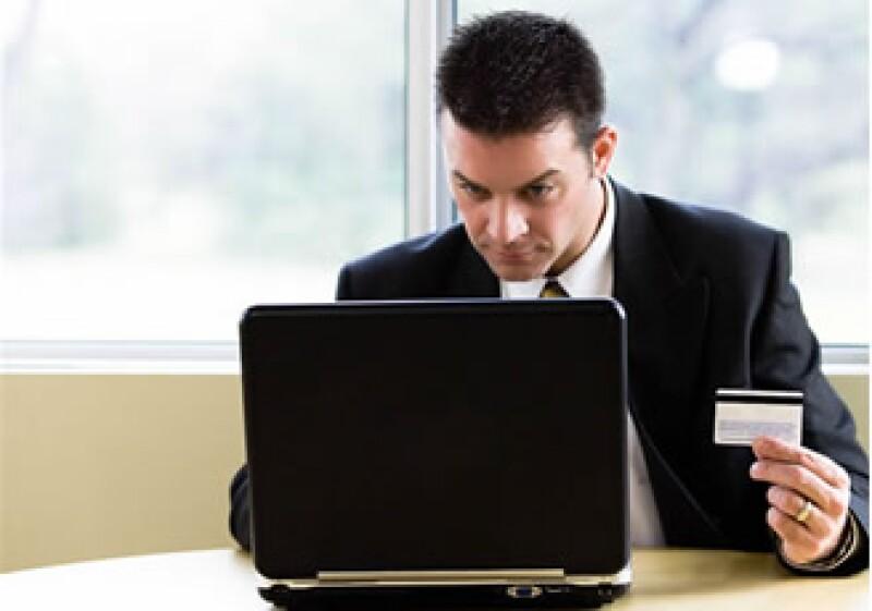 Los empleados gastarán 14.4 horas de su trabajo en compras online. (Foto: Jupiter Images)