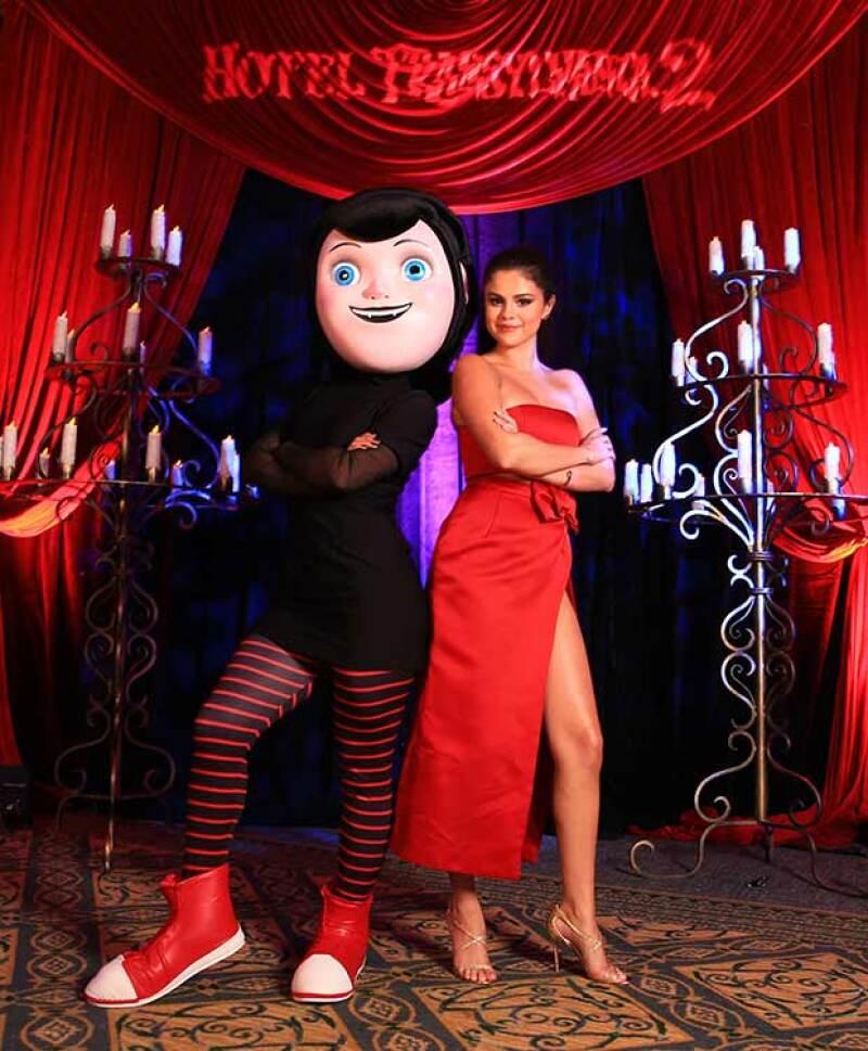 Este domingo la cantante texana estuvo en nuestro país para promocionar la película Hotel Transylvania 2, donde lució un revelador vestido y una sensual actitud.