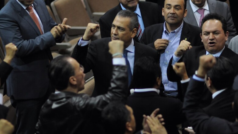 Tras 20 horas, desnudos, ataques verbales y jaloneos, el Congreso aprobó la reforma energética en un auditorio alterno al Salón de Sesiones este jueves.