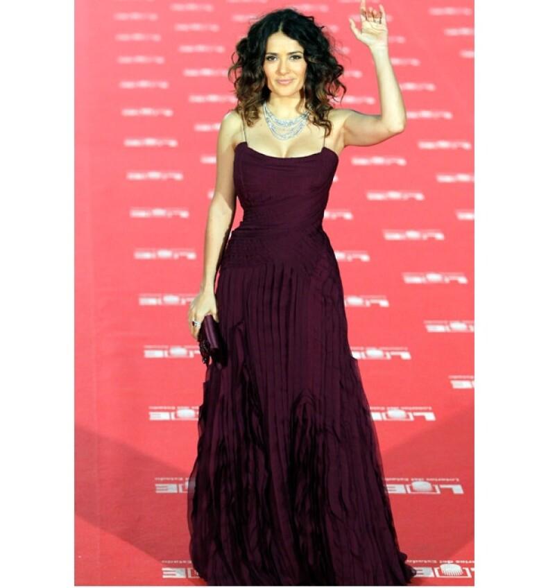 Salma deslumbró con un sexy vestido Gucci.