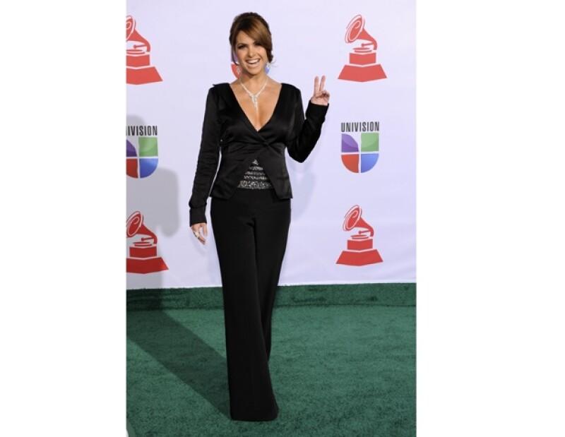 A lo largo de la noche Lucero ha utilizado tres cambios de ropa, contado este discreto atuendo color negro, con el que estilizó aún más su figura.