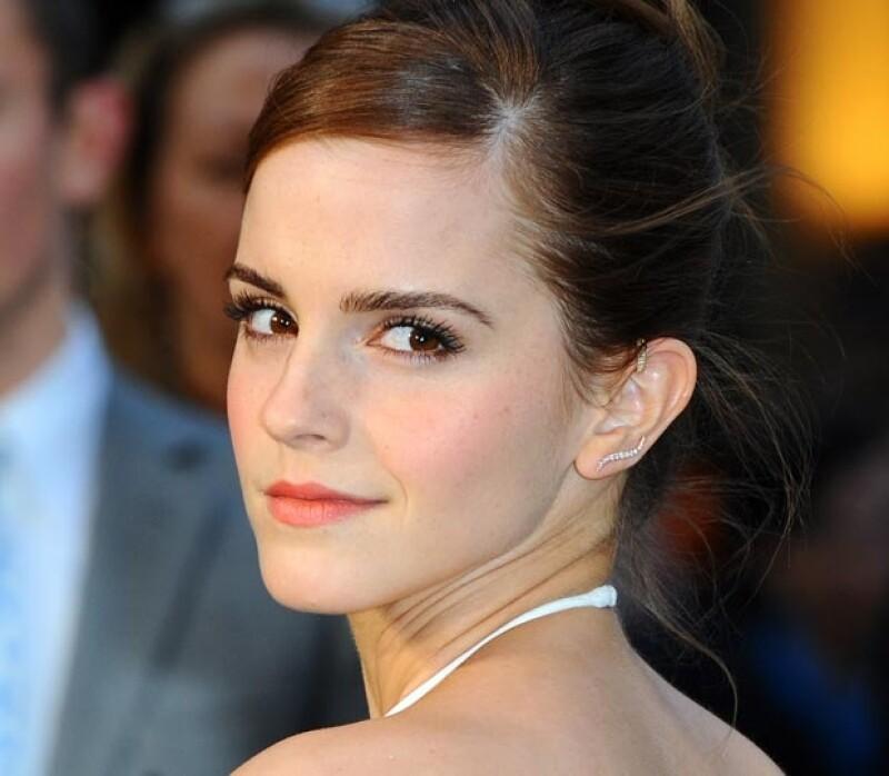 Emma destaca por resaltar su belleza con tonos durazo en mejillas y labios.
