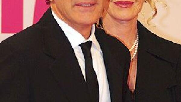 El actor negó la información que se ha publicado en la prensa, aseguró que sólo se trata de rumores infundados y confirmó su amor por la actriz.