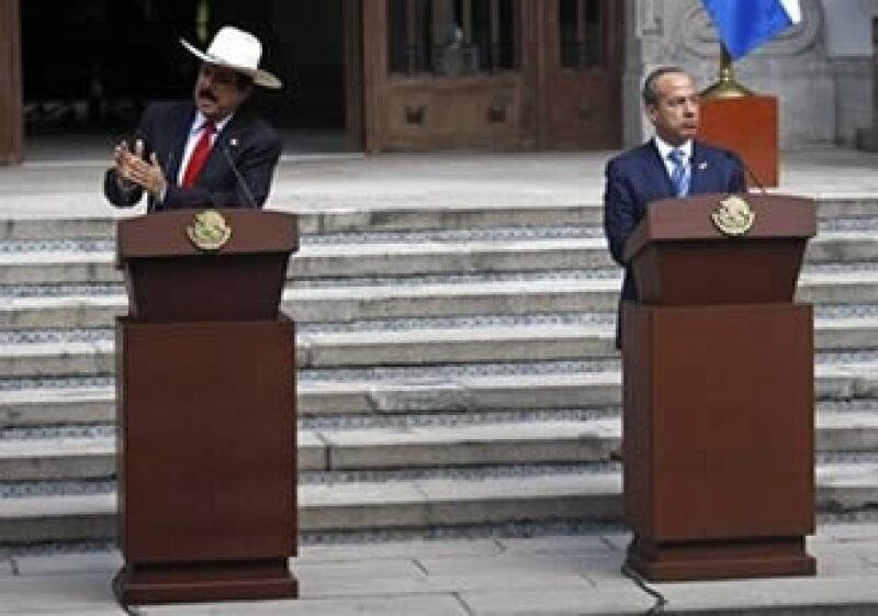 El presidente mexicano, Felipe Calderón (der.), se reunió con el depuesto mandatario hondureño, Manuel Zelaya, en México. (Foto: AP)