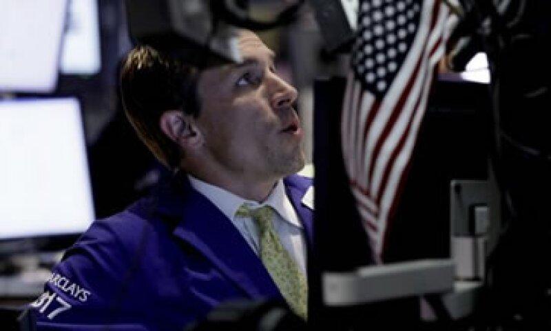 Las acciones también se ven presionadas por un reporte del NYT sobre las pérdidas de JPMorgan en una fallida cobertura. (Foto: AP)