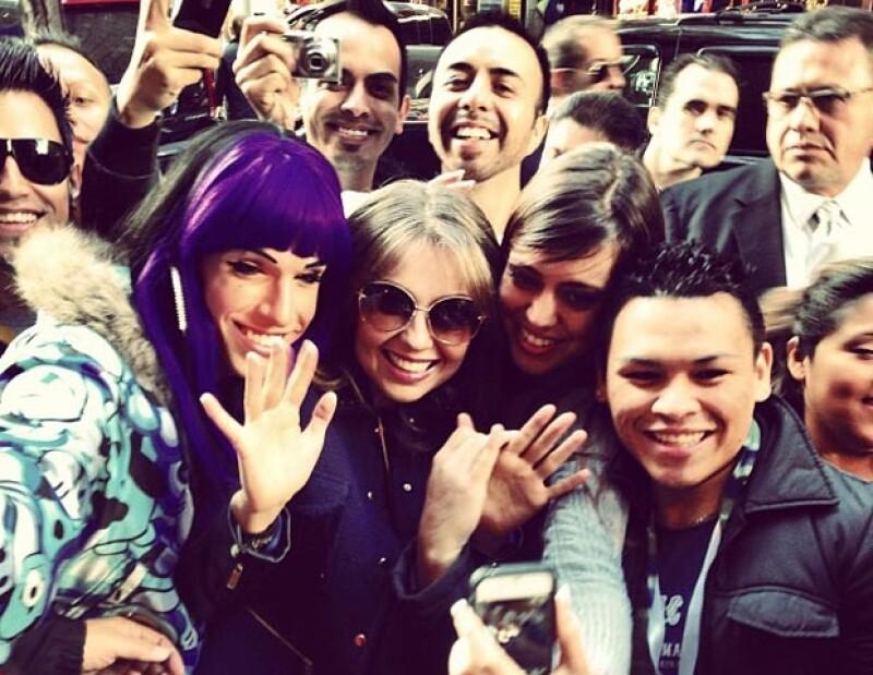 Con sus fans, quienes la esperaban afuera del show.