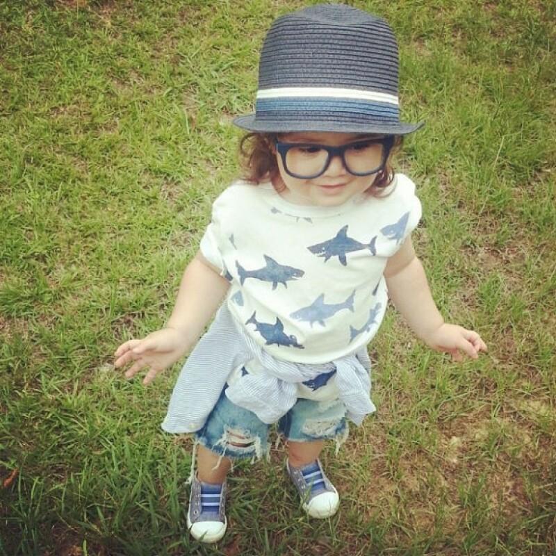 Mitzi es la encargada de vestir a su hijo, quien parece disfrutar de cada uno de sus looks.