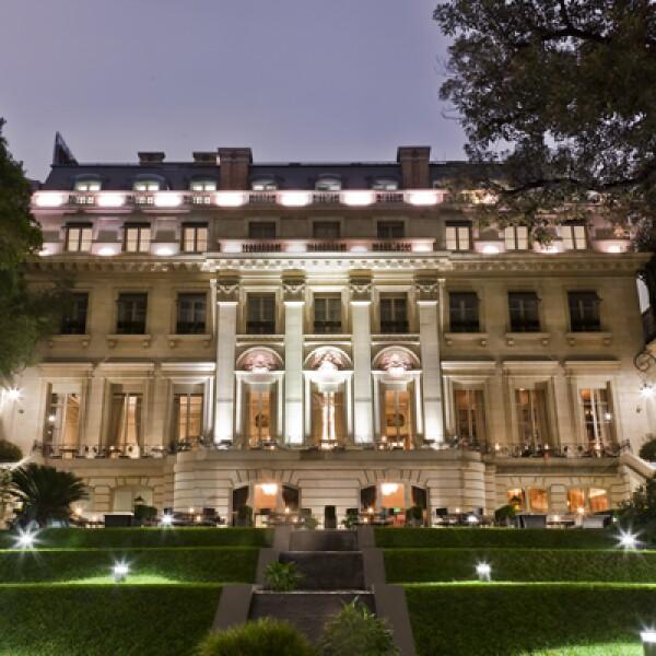 El hotel Palacio Duhau - Park Hyatt Buenos Aires es un edificio que une el resplandor del antiguo palacio francés de principios de siglo, con amenidades diseñadas y adaptadas por el arquitecto Celedonio Lohidoy.