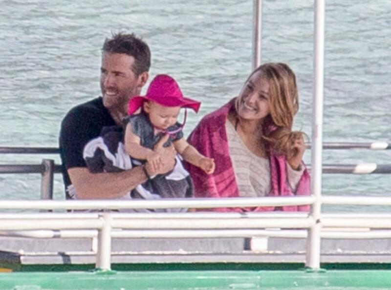 Ryan Reynolds y Blake Lively fueron captados llegando a una isla en Australia para disfrutar de una vacaciones con su hija James.