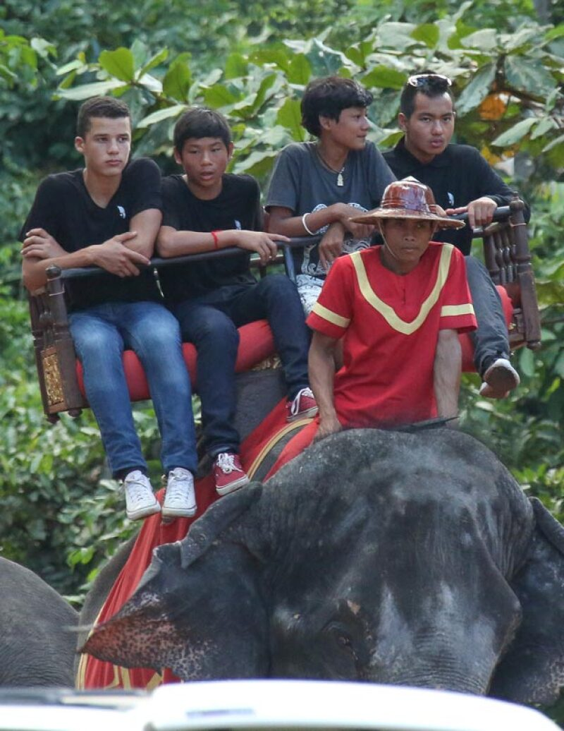 Maddox y Pax se decidieron por otro elefante para ir a conocer el templo Phnom Bakheng.