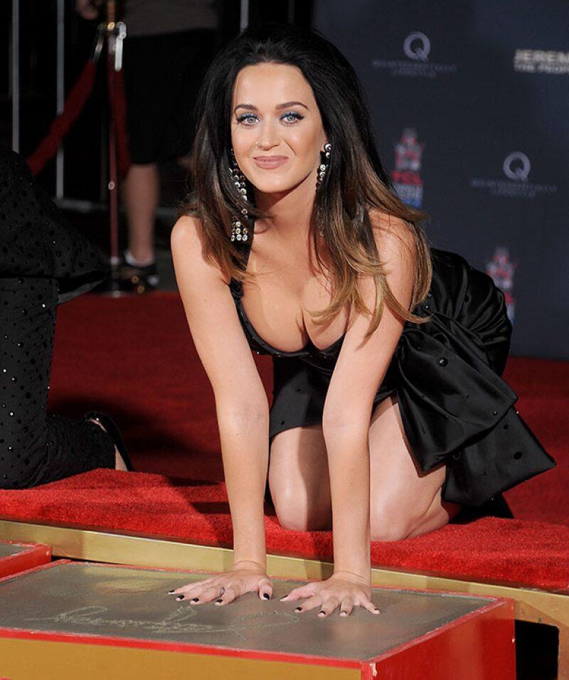 Con un vestido en capas tono negro, fue como Katy causó sensación al lucir nuevamente un súper escote.