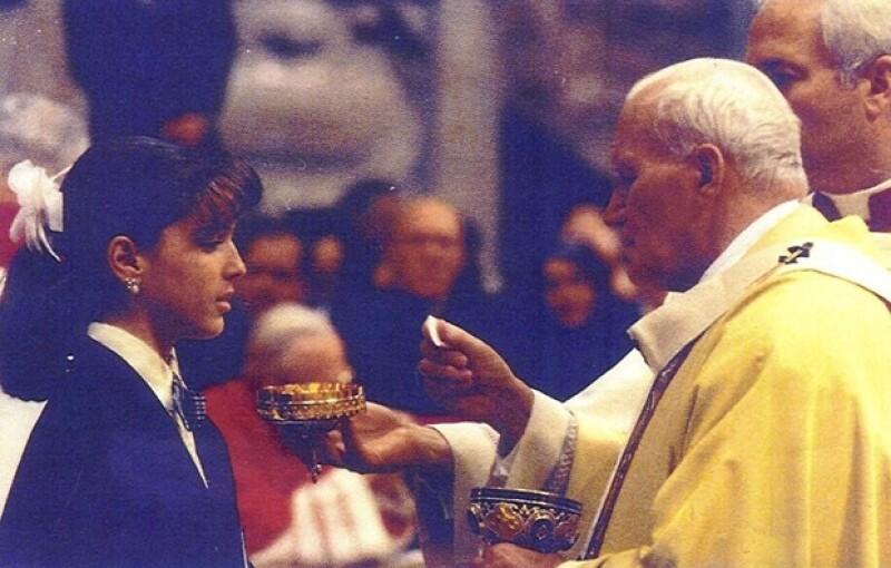 La conductora y futura mamá no dejó pasar la oportunidad de presumir que en su adolescencia pudo recibir la bendición de una de las figuras católicas más emblemáticas de la era.