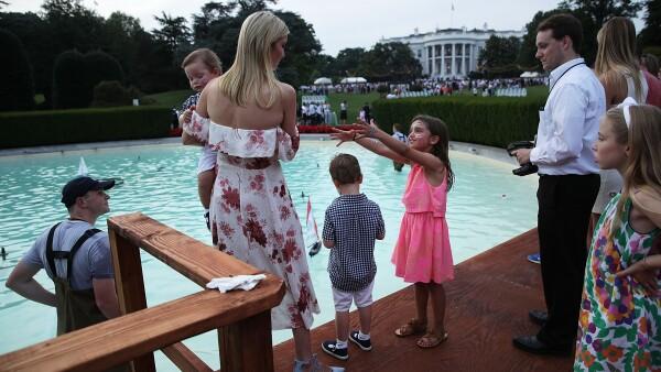 Ivanka Trump con sus hijos frente a La Casa Blanca