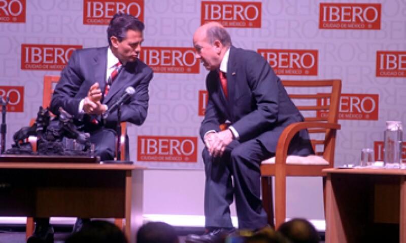 El candidato presidencial Enrique Peña Nieto y el rector de la Universidad Iberoamericana, José Morales, durante su visita a esta institución educativa. (Foto: Notimex)