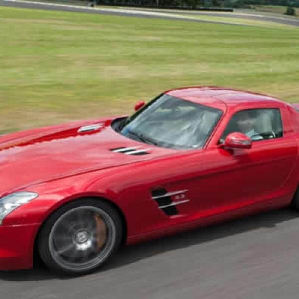 Su máquina le permite alcanzar una velocidad máxima limitada electrónicamente en 317km/h.
