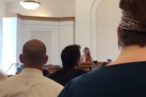 Frente a los miembros de su iglesia, esta niña reveló que es lesbiana
