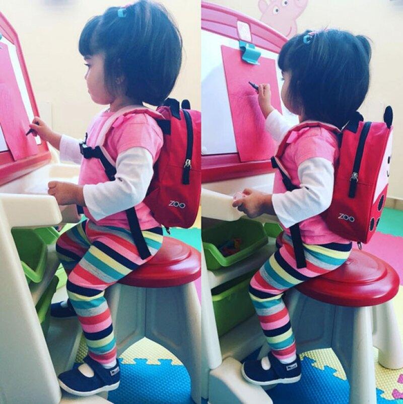 La pequeña hija de Eugenio Derbez apenas tiene un año y medio, pero ya parece mostrar signos de querer tomar sus primeras clases.