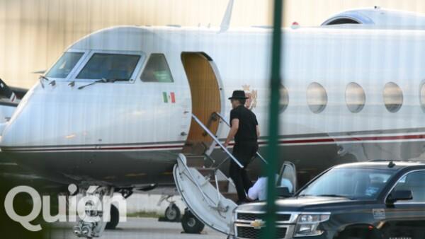 Captamos en exclusiva al ídolo mexicano abordando su avión privado desde Cancún para continuar con su gira en Sudamérica, donde dará un show hoy.