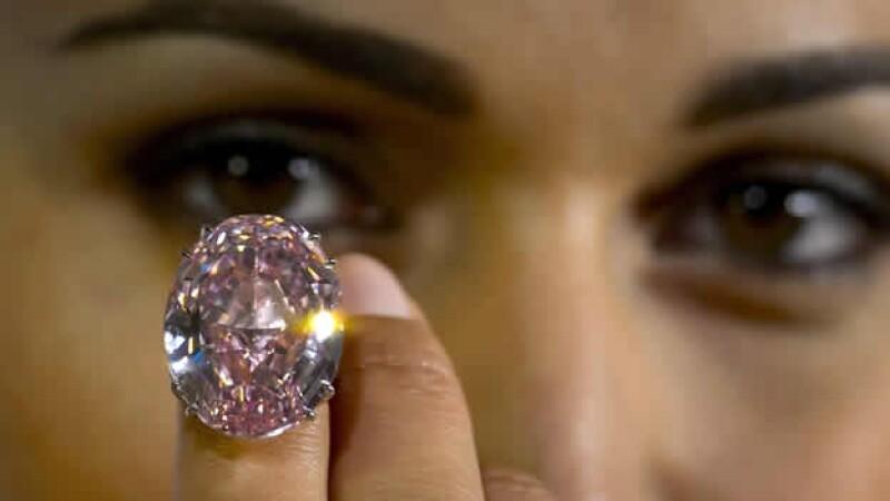una modelo muestra el diamante rosa