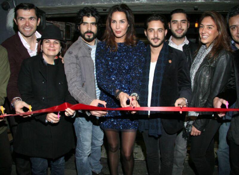Lorenzo Ruiz, Delia González, José Ángel Bichir, Martha Cristiana y Beto Ventosa en el corte de listón.