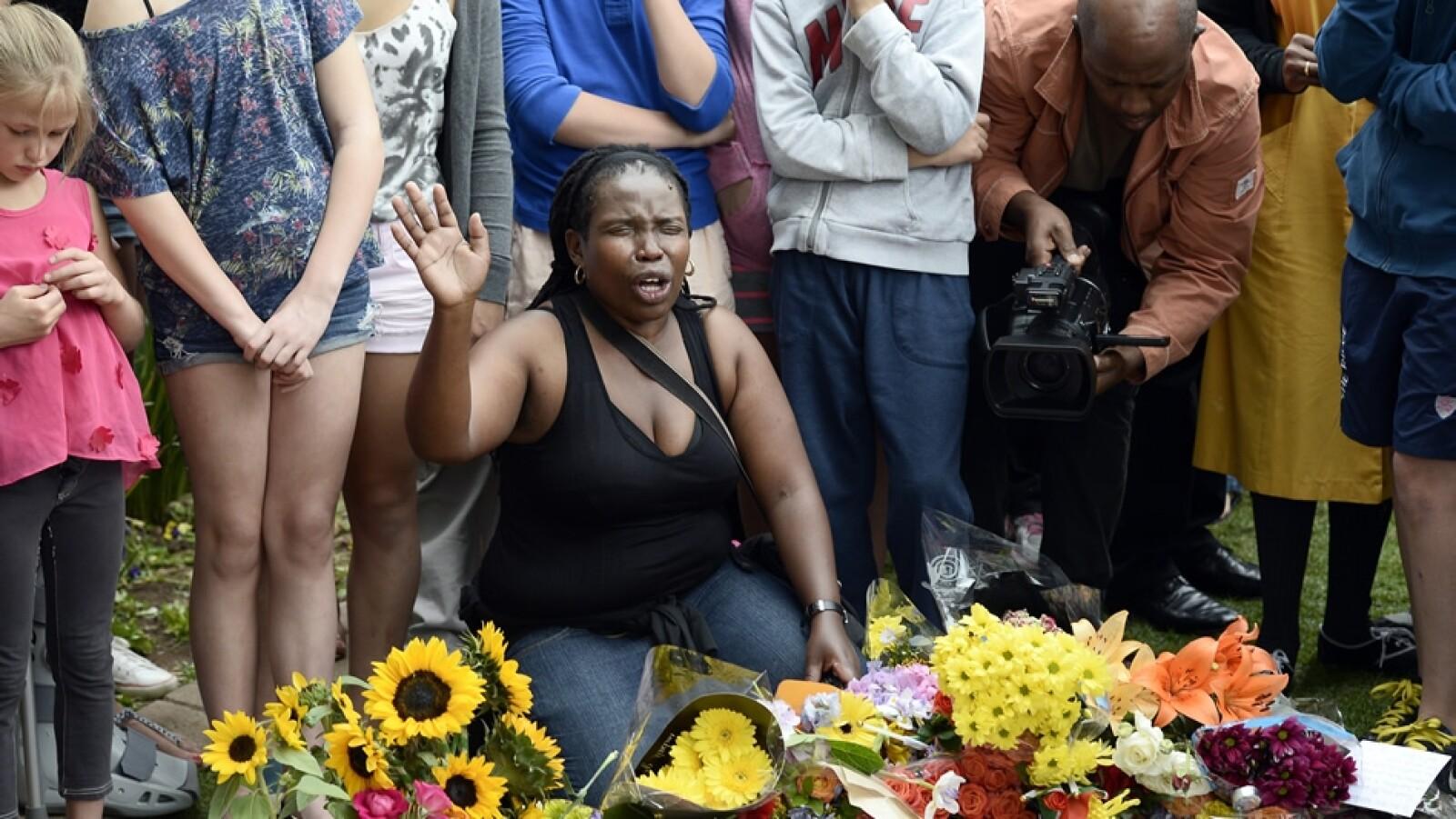 Nelson Mandela mujer rezando Sudáfrica