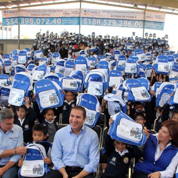Rafael Moreno Valle entregó más de 80,000 mochilas.