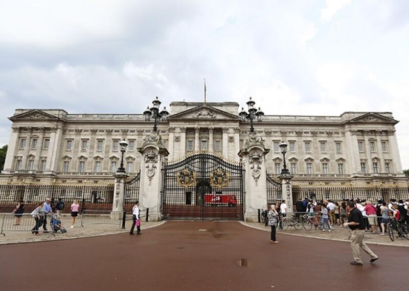 La policía británica arrestó a dos hombres por sospechas de intrusión en el Palacio de la Familia Real inglesa, una inusual violación de la seguridad a la fortaleza, pero que ya había ocurrido antes.
