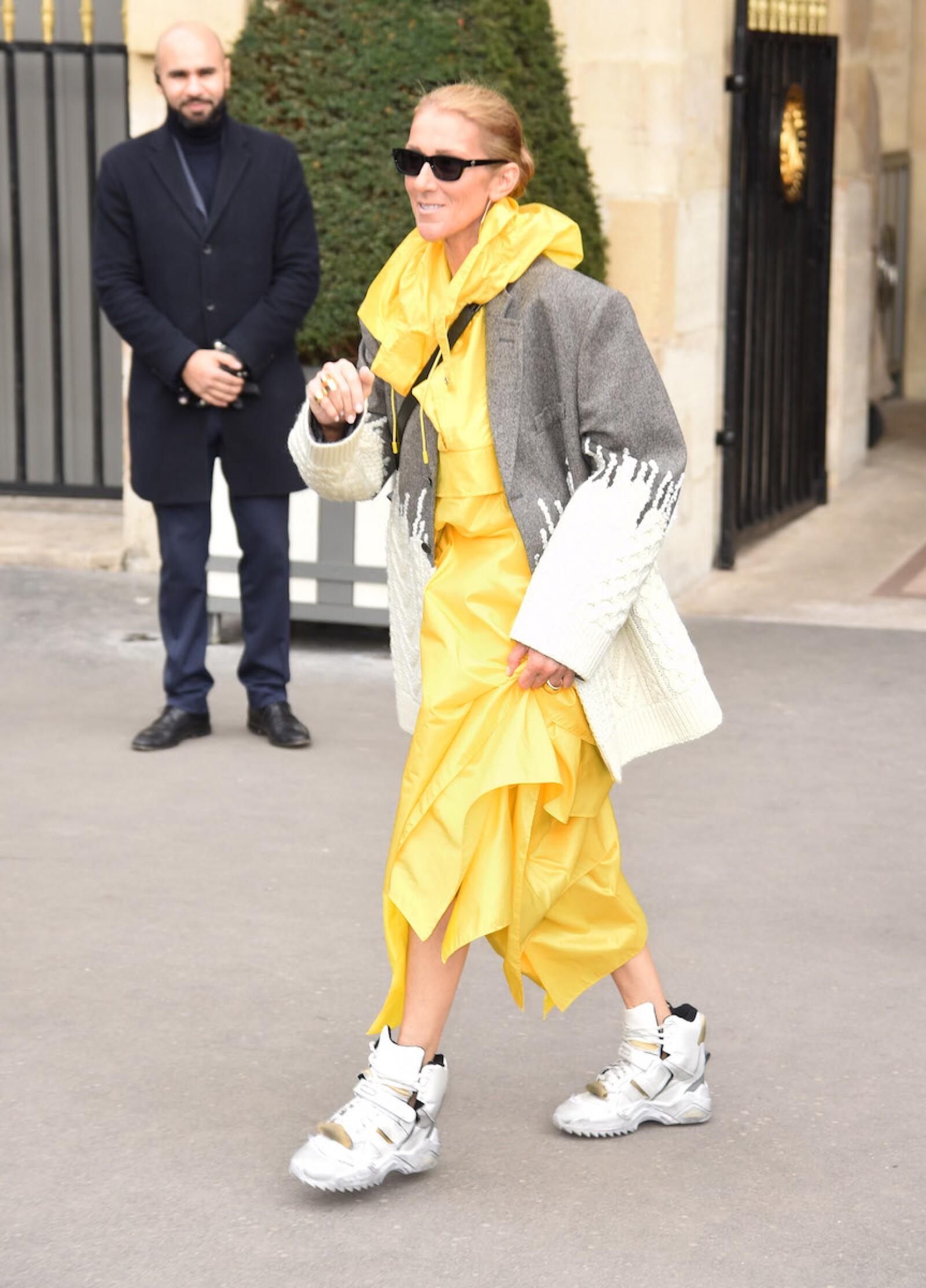 Celine Dion en un vestido y tenis de Margiela