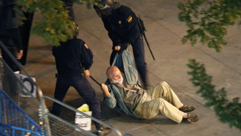 La policía antidisturbios cargó contra algunos manifestantes y detuvo a varios.