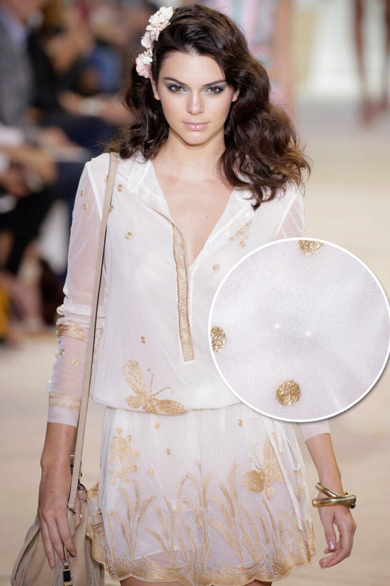 Un romper transparente con detalles dorados, fue el toque perfecto para que su nipple piercing quedara al descubierto.