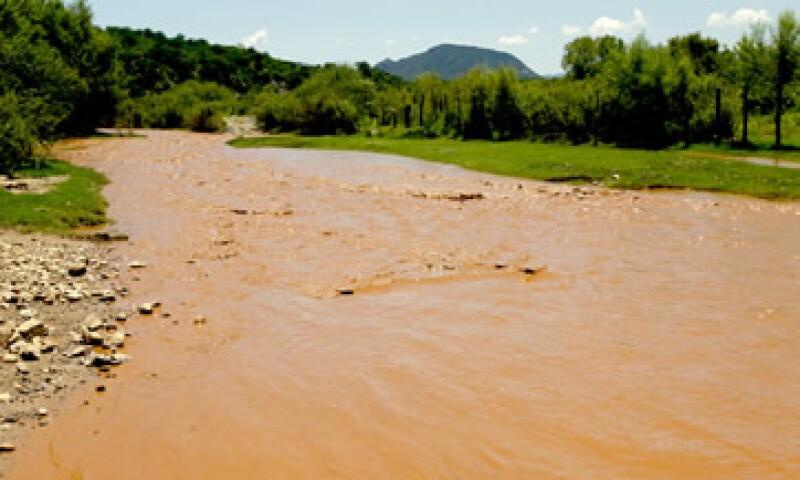 Protección Civil de Sonora mostró imágenes donde presuntamente la minera vierte sustancias tóxicas al río afectado por el derrame en agosto. (Foto: Cuartoscuro)