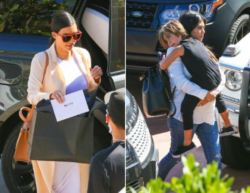 A su llegada, Kim sostenía una tarjeta con el nombre de Bruce. Por su parte, Kourtney, embarazada de varios meses, cargaba Mason.