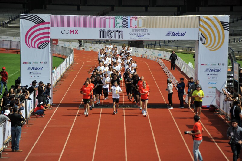 Encargados de los relevos entrando al Estadio Olímpico Universitario.