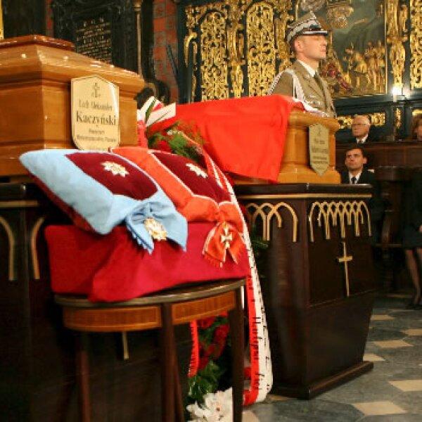 Al fondo, Marta, hija del presidente polaco, Lech Kaczynski, y su esposo