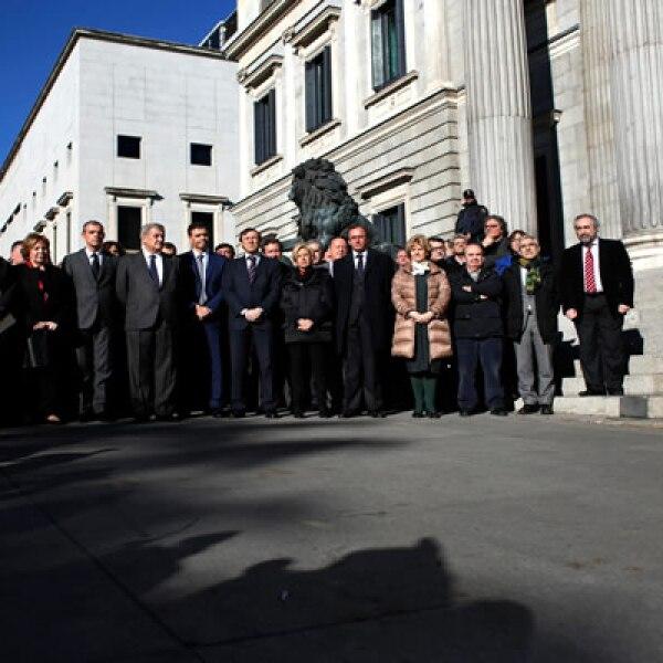 El embajador de Francia en ese país se reunió con legisladores para guardar un minuto de silencio.