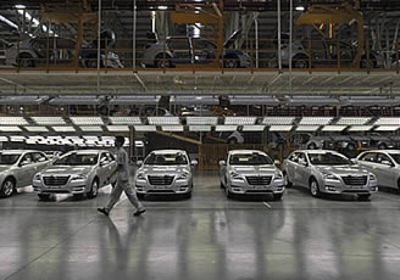 Las automotrices China han visto un repunte en la demanda, mientras que la recesión ha disminuido las ventas en EU. (Foto: AP)