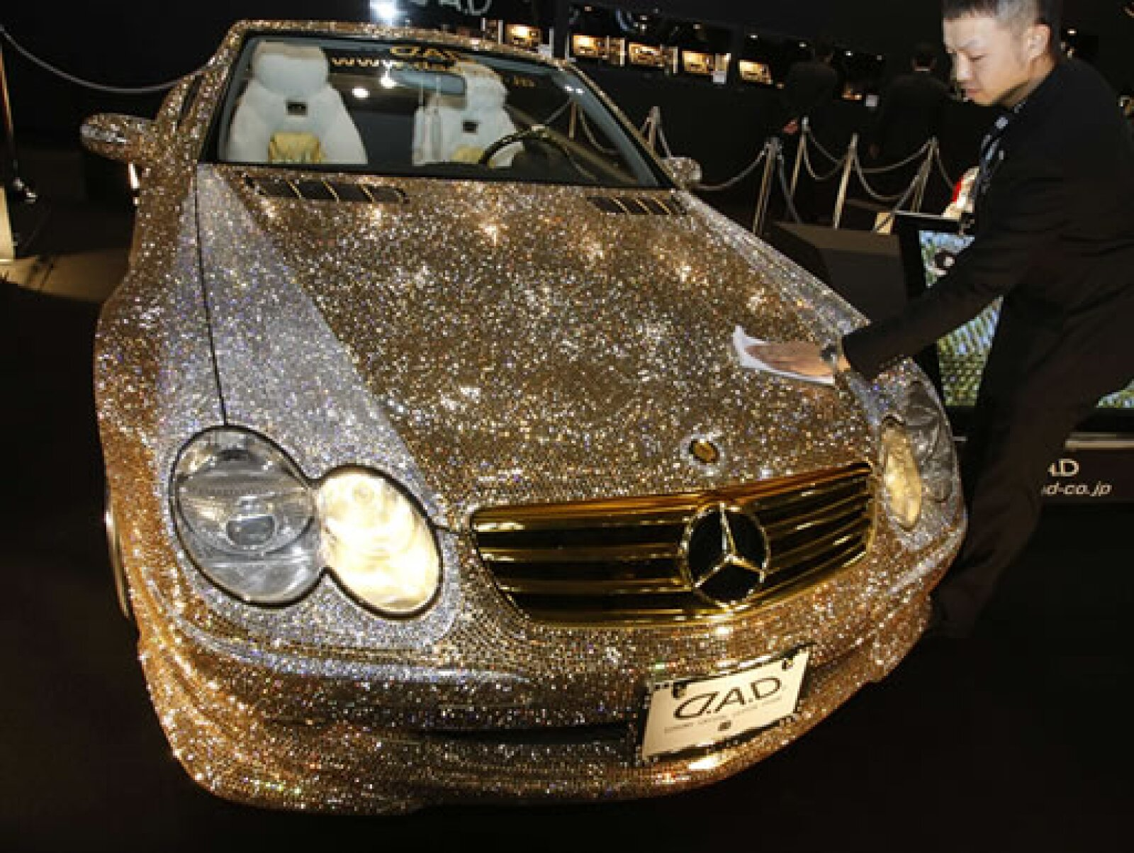 El Mercedes-Benz SL60, Luxury Crystal Benz, está forrado con 300,000 cristales Swarovski.