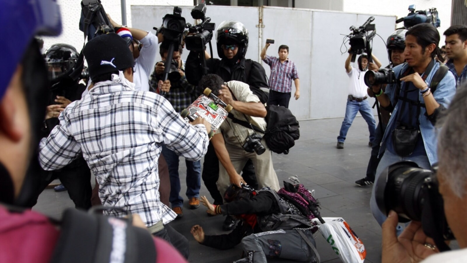 Los fotógrafos al momento de ser agredidos por los denominados grupos anarquistas