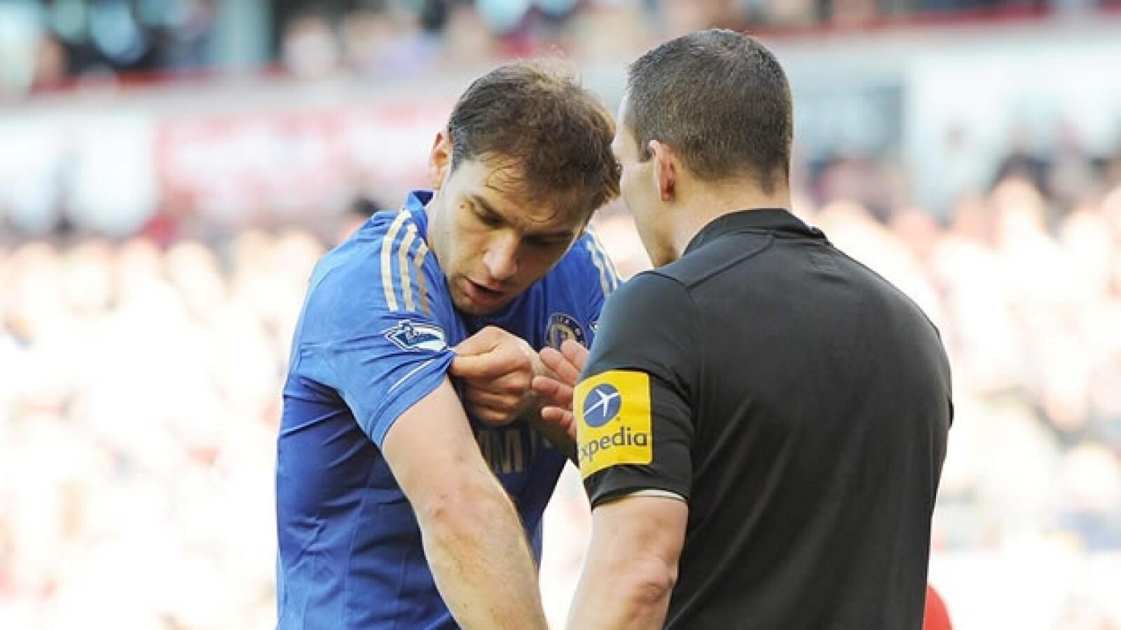 Luis Suarez muerde a Branislav Ivanovic