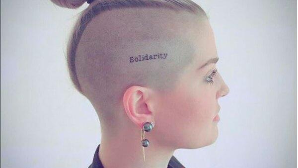 La cantante ha querido recordar a los fallecidos en el trágico atentado del pasado fin de semana con un tatuaje que promueve a la tolerancia entre seres humanos.