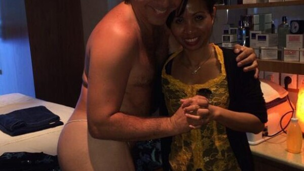 El cantante sorprendió el martes por la noche al subir una imagen de él semidesnudo posando con una masajista en Twitter.